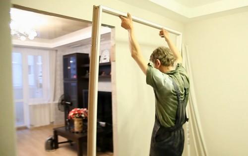 Как вставить межкомнатную дверь с коробкой